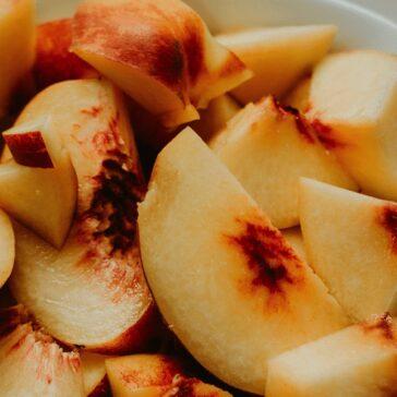 sliced fresh peaches